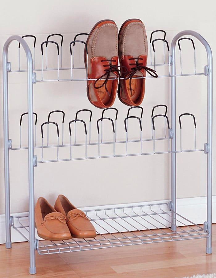 Иногда полки снабжают приспособлениями для того, чтобы обувь на них висела