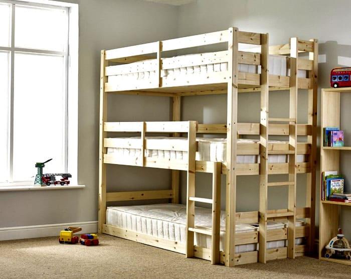 Трёхъярусная кровать может быть выполнена по аналогичной инструкции, только потребуется больше материала