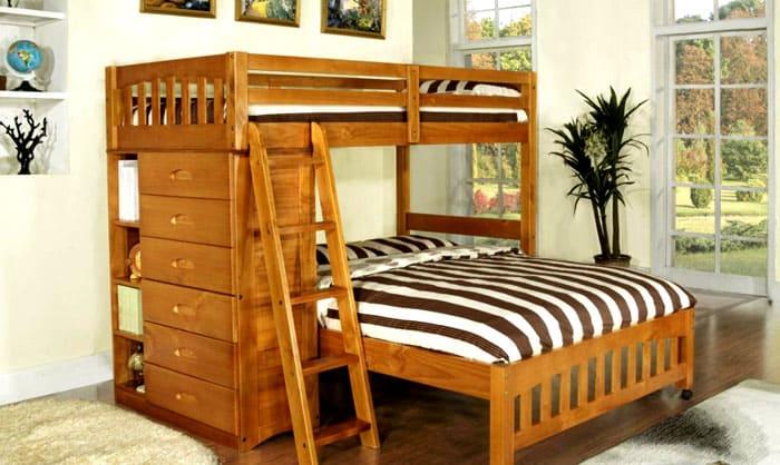 Обычно второй ярус кровати предназначен для ребёнка, а нижний для взрослых