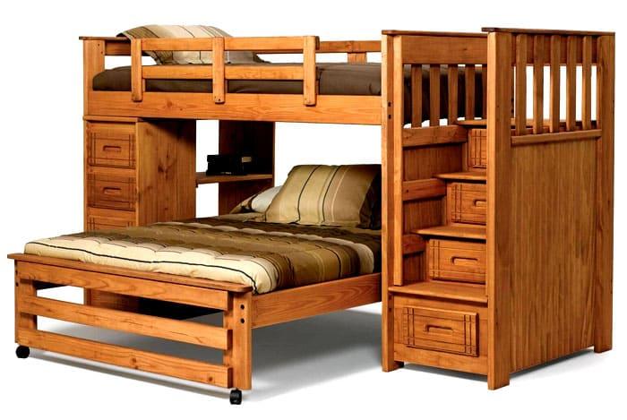 Конструкция деревянной кровати может быть индивидуальной: можно попробовать сделать нижнюю часть выезжающей