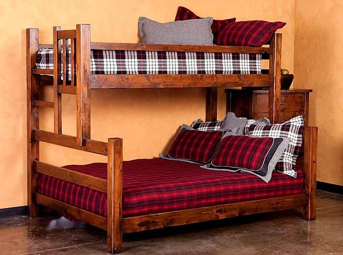 Не укладывайте в двухъярусную кровать слишком высокий матрас, есть риск, что ребёнок с него скатится во время сна