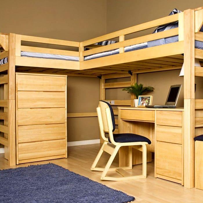 Угловая кровать с двумя этажами подойдёт в комнату, где идеально ровные стены