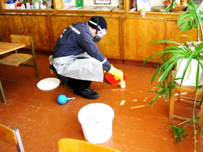 Все химические составы для уничтожения ртути нужно разводить в пластиковом ведре