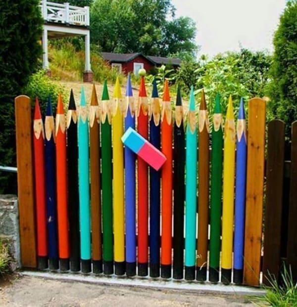 Из деревянных брёвен получаются креативные калиточки