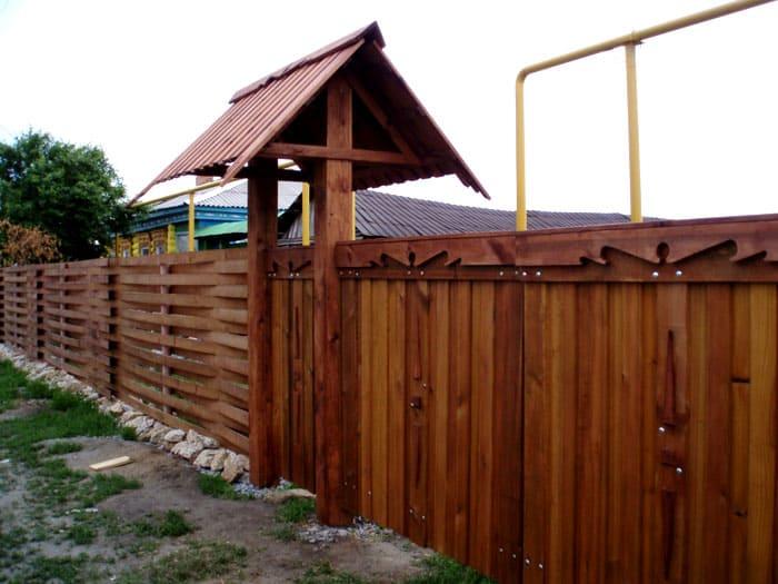 Деревянный вход является классическим, к тому же, его легко декорировать