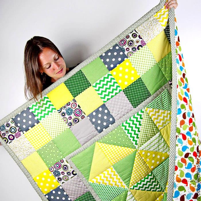 Одеяло в технике пэчворк может изготавливаться с обеих сторон с использованием разного текстиля