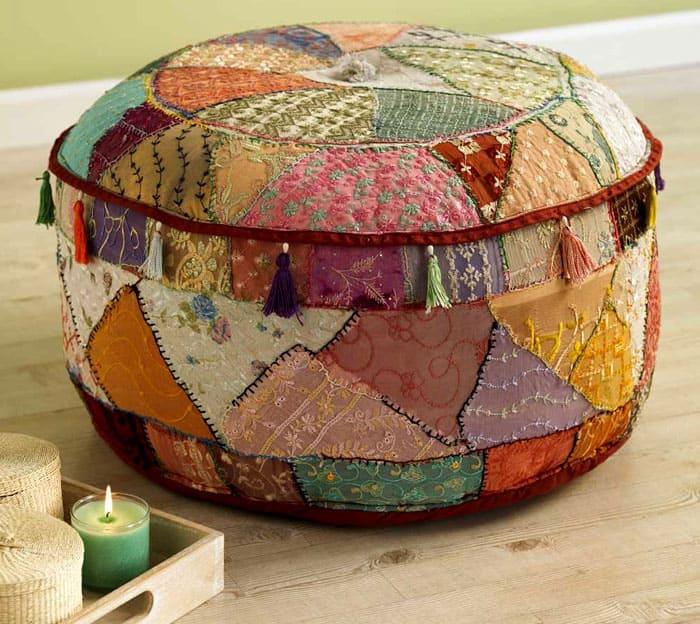 Пуфики в стиле лоскутного шитья можно изготовить из мешковины