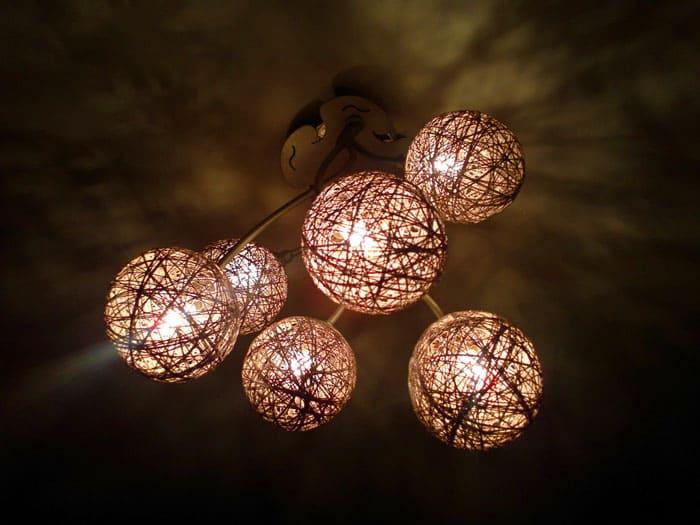 Нитки и шарики давно уже помогают в оформлении дизайна помещения как плафоны для светильника. Это отличный и доступный каждому вариант