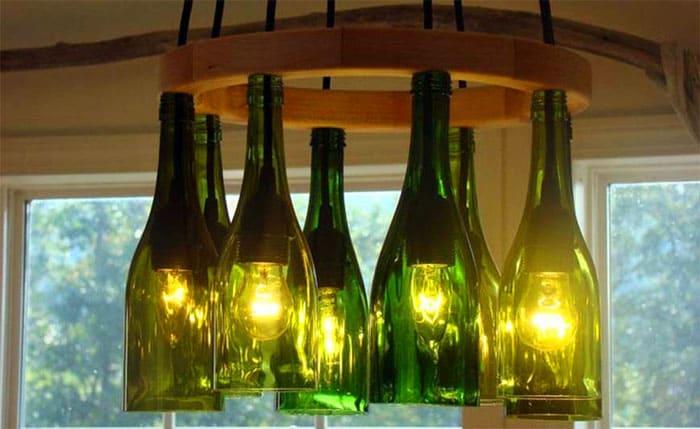 Берём стеклорез, бутылки, наждачку, патроны для лампочек, провод для проведения электричества, каркас из дерева или металла и обод
