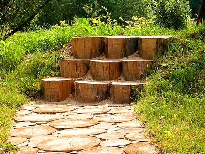 Деревянные ступени подходят для сада в стиле кантри