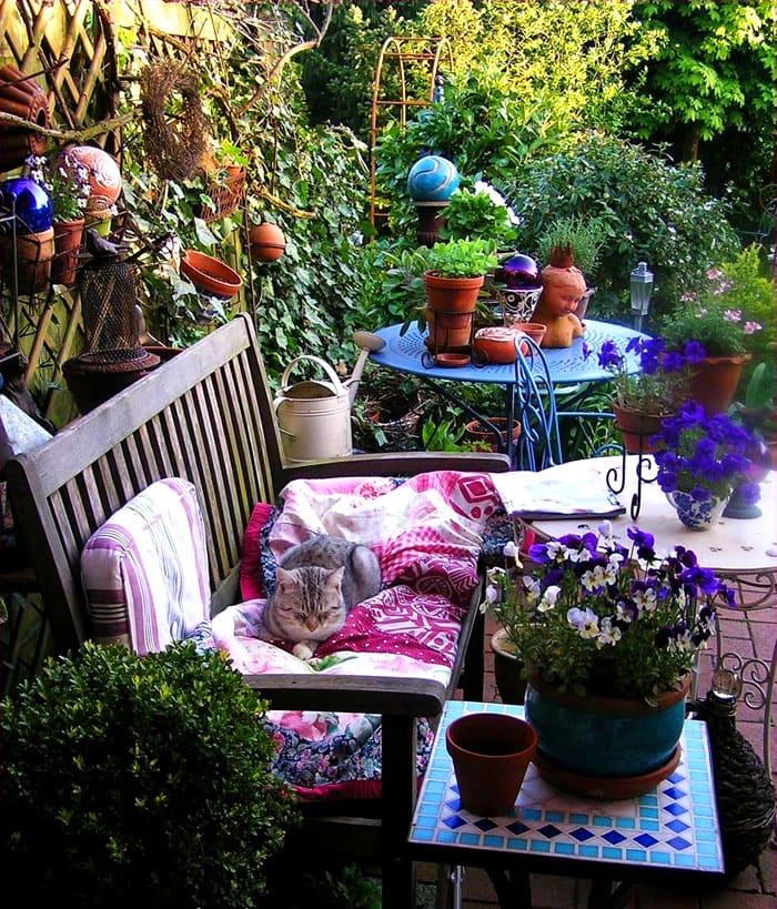 Из садовой мебели организуют целые уголки для отдыха
