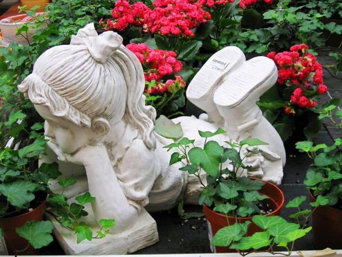 Увидеть такое чудо под кустом роз или гортензий — очаровательно