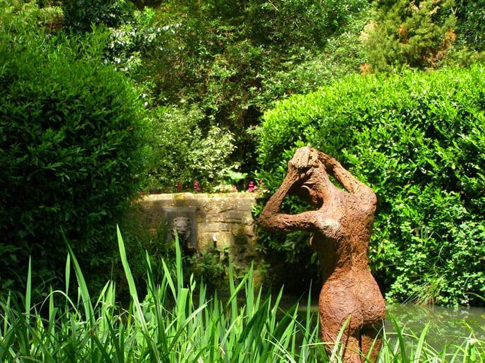 Можно заставить весь сад женскими статуями в разных позах, причём, расположить их в самых неожиданных местах, обеспечив тем самым эффект живого присутствия