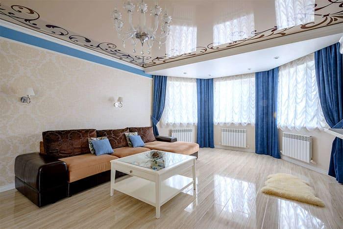 Принт по краям потолка делает облик комнаты более эстетичным, чем если бы покрытие было однотонным