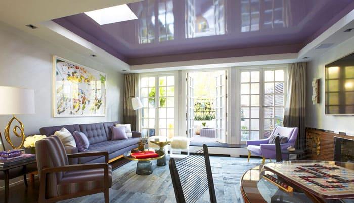 Серо-лиловый цвет основного полотна и белый второй уровень словно обволакивают помещение