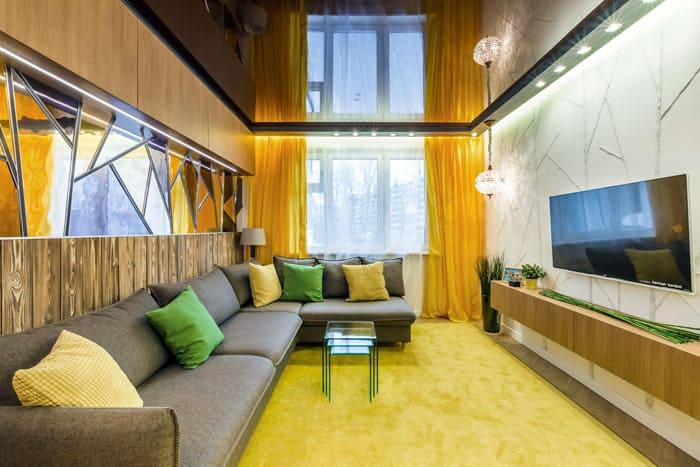 Не всегда тёмный потолок делает комнату визуально меньше. Всё зависит от цвета стен и интерьерной обстановки