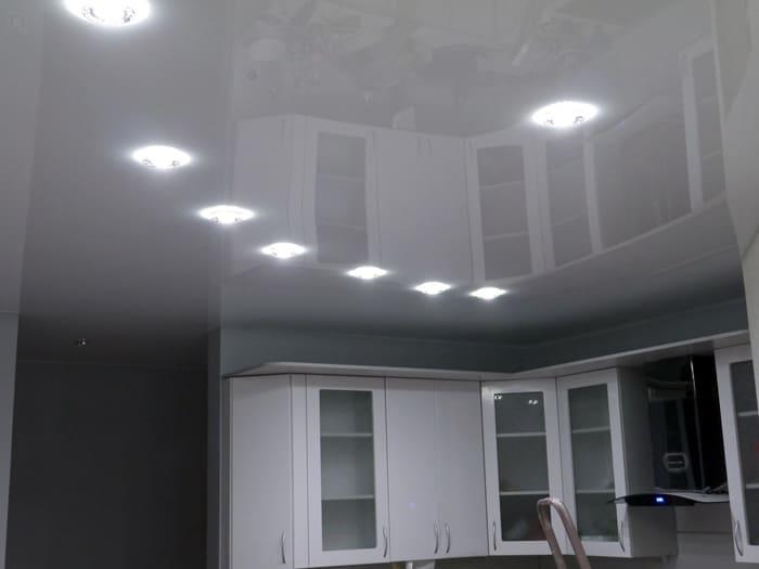 Плюс натяжной конструкции в том, что она скрывает инженерные коммуникации и дефекты основного потолка
