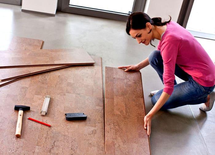 Для укладки панелей не нужно обладать специальными навыками, с этой задачей справится даже простой строитель-универсал