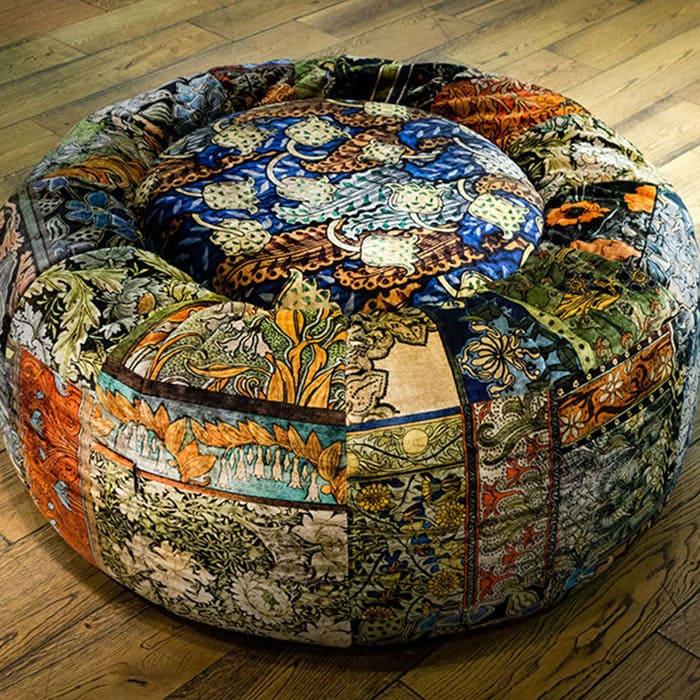 ФОТО: raduga-ufa.ru Классический пуфик, используемый в европейский домах – овальный стул без ножек, но жёсткой подложке