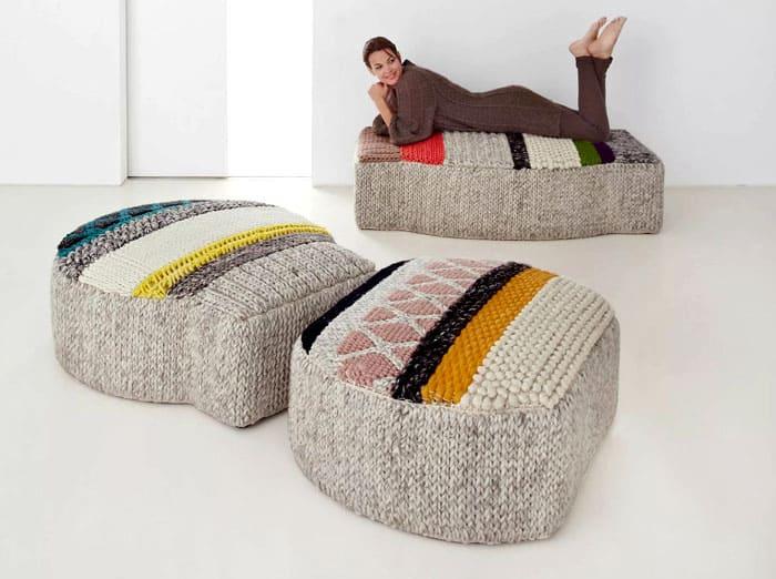 ФОТО: decorexpro.com Пуфик, который вы купите в магазине, может отличаться по оттенкам от занавесок и постельного белья, и не иметь необычных декоративных элементов вроде ручного шитья