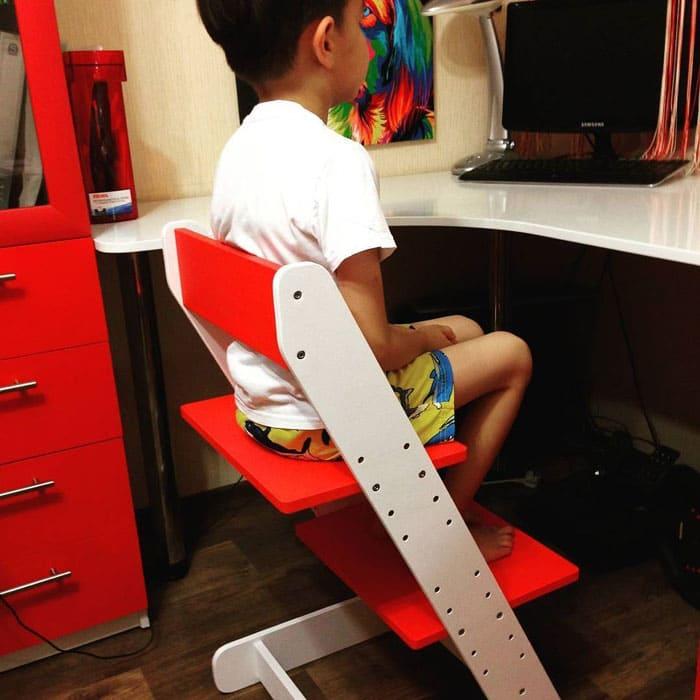 ФОТО: u8.filesonload.ru Для того, чтобы помочь ребёнку сидеть правильно, нужно подобрать высокий стул с подножкой