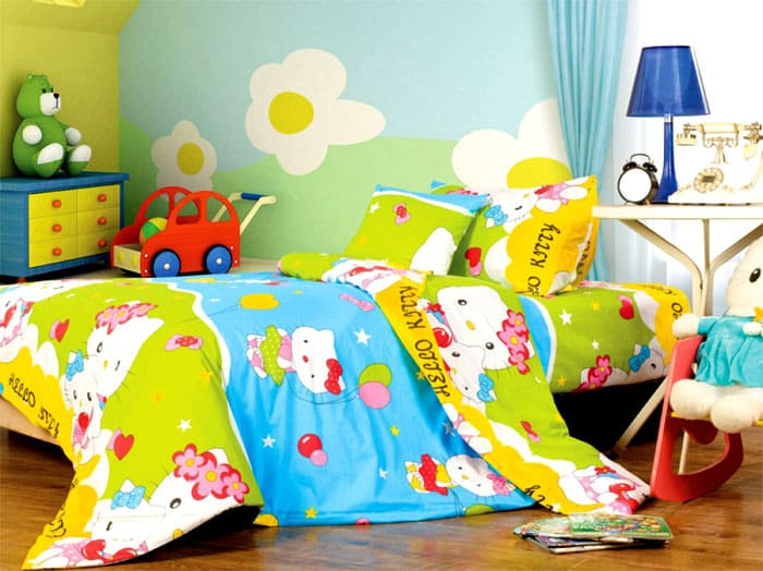 ФОТО: krovati-shkafi.ru Следите за тем, чтобы постельное с детской кровати не свисало. Края будут протираться и пачкаться