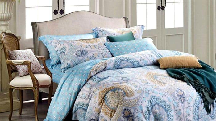 ФОТО: postel-opt.ru Шикарное двуспальное постельное бельё с самым широким комплектом подушек и интересным принтом по всему периметру