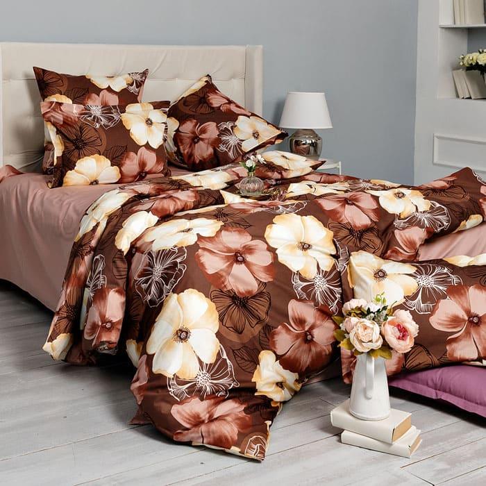 ФОТО: www.cleanelly.ru Коричневый цвет комплекта с одновременным цветочным рисунком придаёт более тёплую атмосферу вашей спальне