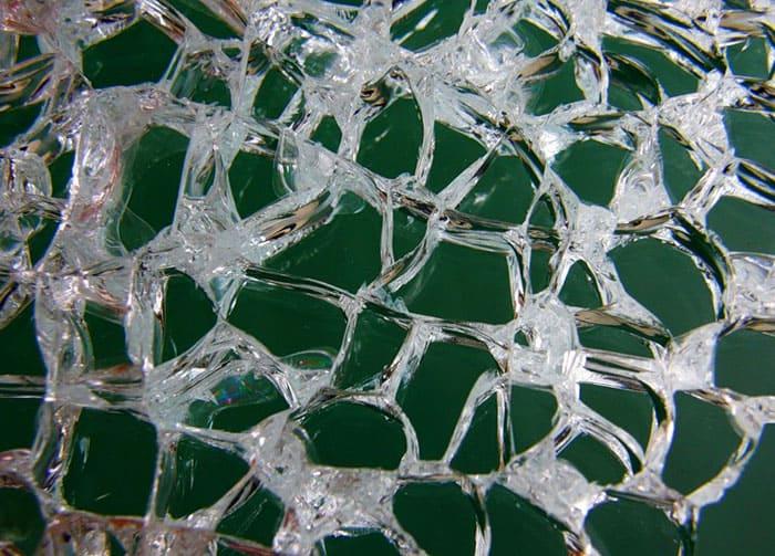Если такое стекло разбить, оно рассыплется на небольшие осколки кубической формы с тупыми гранями, о которые невозможно травмироваться