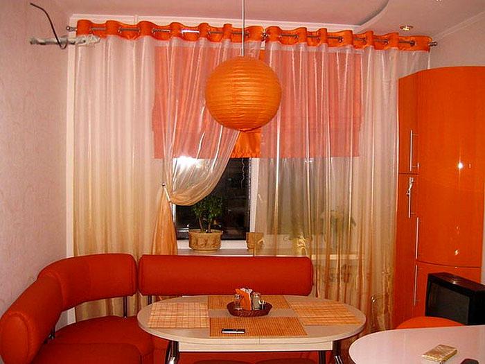 Оранжевый цвет в дизайне кухни может иметь различный тон. Это касается и штор