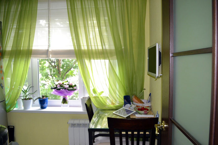 Маленькую «зелёную кухню» дополнит полупрозрачный классический тюль