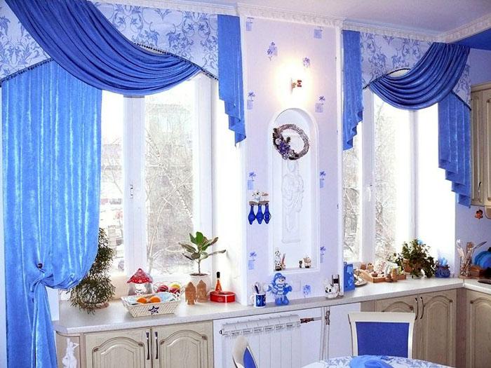 Синий текстиль на окна кухни отлично смотрится в комбинированном стиле