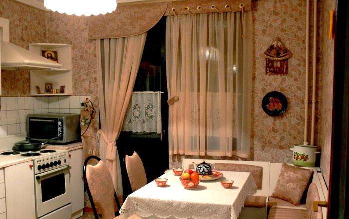 Современные шторки на окна хорошо вписываются даже в оформление кухни родом из ХХ века