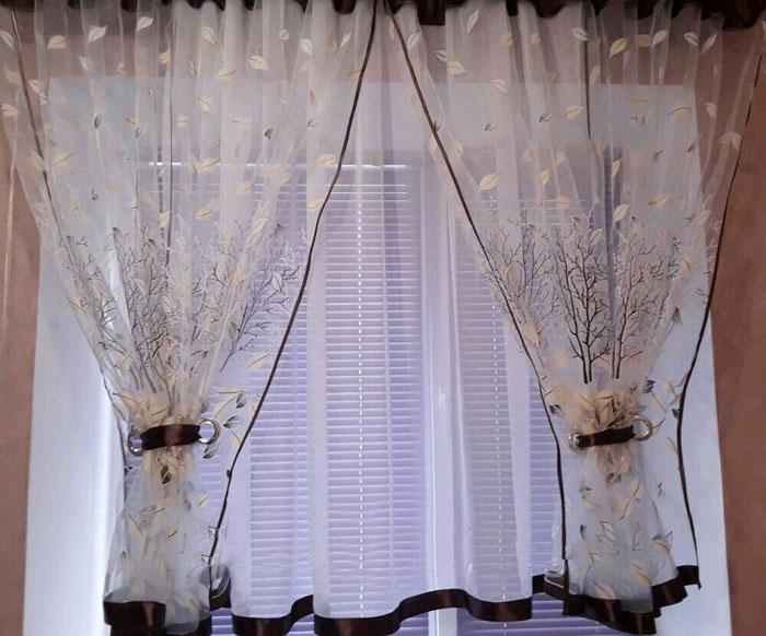 Горизонтальные жалюзи создают дефект в интерьере, поэтому окно целесообразно обрамлять тюлем