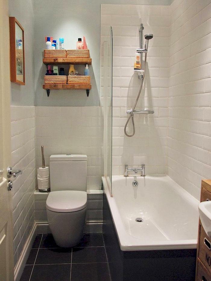 Практичный дизайн маленькой ванны с туалетом