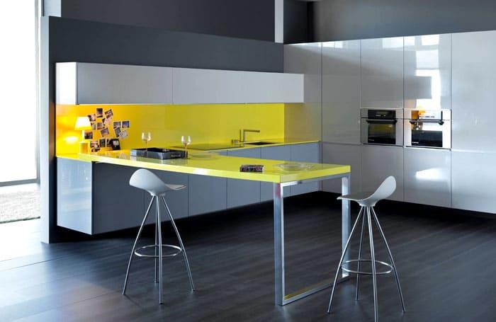 Общая составляющая визуально делает кухонное помещение единым целым, одновременно участвуя в зонировании