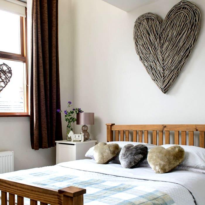 Сердечная тема хороша. На стену можно сделать сердце из кручёных газет, верёвок, текстиля, джута