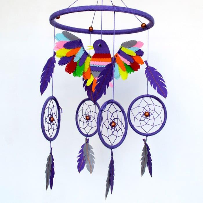 Мобили или ловцы снов из ниток, игрушек, картона, бусин превосходно декорируют комнату ребёнка