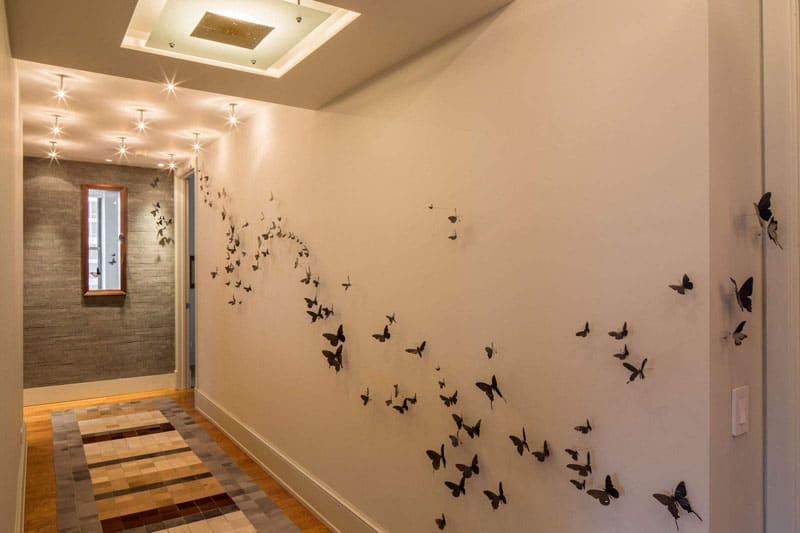 Бабочки на стенах могут быть сделаны из фоамирана, картона, бумаги для скрапбукинга. Цвет крохотных красавиц может стать акцентом или же приятным тоновым дополнением