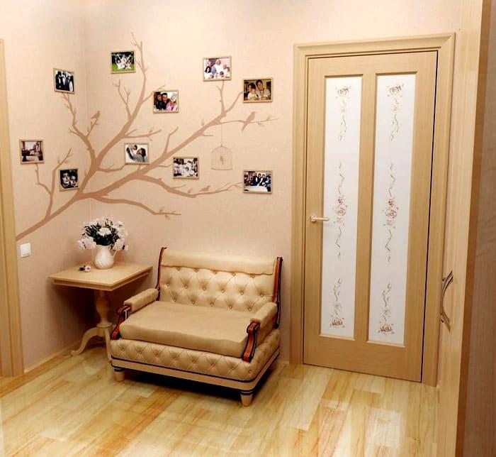 Фотоколлажи оформляют разными способами. Если в прихожей есть банкетка или удобный диванчик, почему бы не сделать уголок ещё уютнее