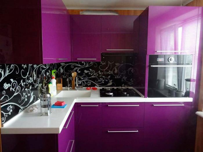 Фиолетовая феерия кому-то покажется тяжеловатой, но правильное размещение мебели устранит такой недостаток восприятия крохотного размера