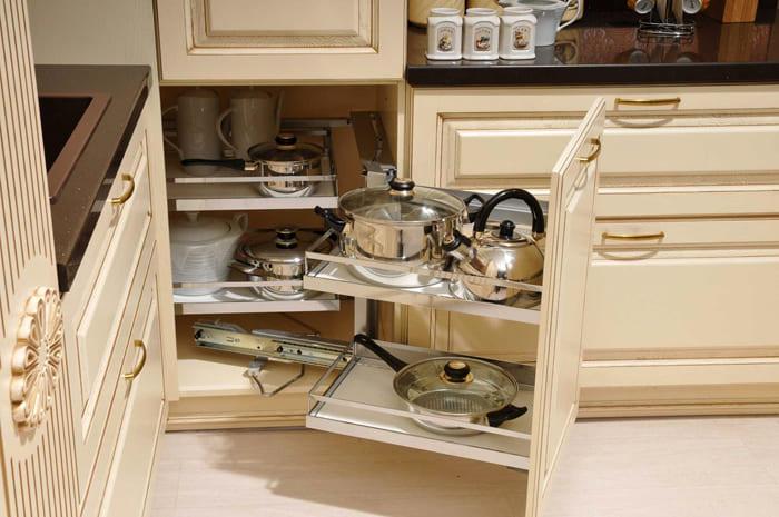 Для маленьких кухонь уже давно специально разработали интересные варианты хранилищ разного типа