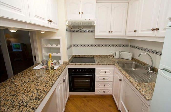 Это подходящий способ обставить квадратную шестиметровую кухоньку