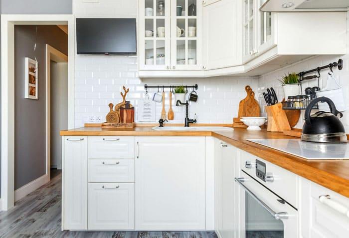 Рабочая зона размещается по принципу золотого треугольника: плита, мойка, холодильник