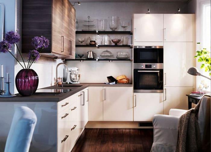 Ряды с яркой посудой красивы, но для минималистических интерьеров такое решение никак не подойдёт