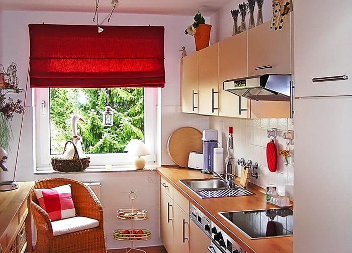 Чаще всего приобретают укороченный вариант занавесок из-за специфики помещения