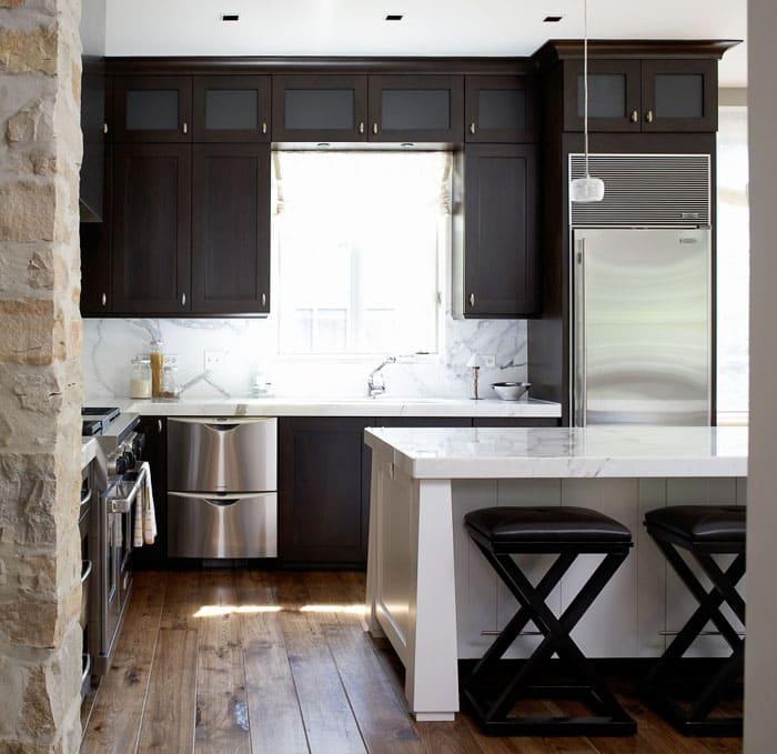 Матовый фасад кухни неплохо сочетается с блестящими серебристыми панелями от бытовой техники