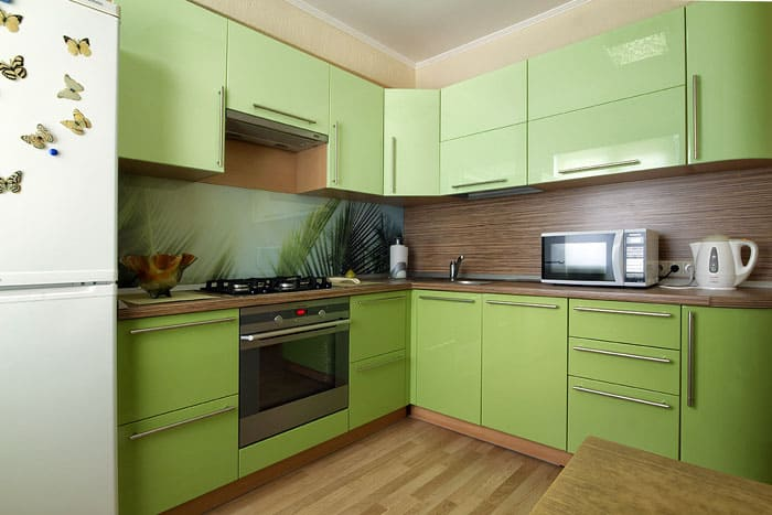 Много шкафчиков в кухонной мебели в небольшом помещении очень уместны