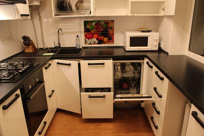 В маленькой кухне духовой шкаф стараются устанавливать отдельно от плиты