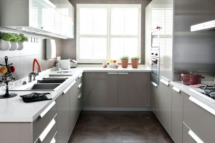 Кухонный фасад с ручками, выполненными под углом удобнее открывать, но к ним нужно привыкнуть